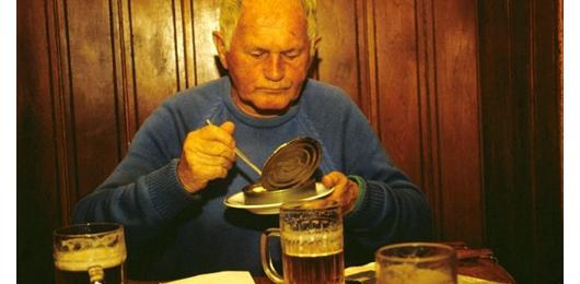 Lo scrittore sepolto nella cassa di birra