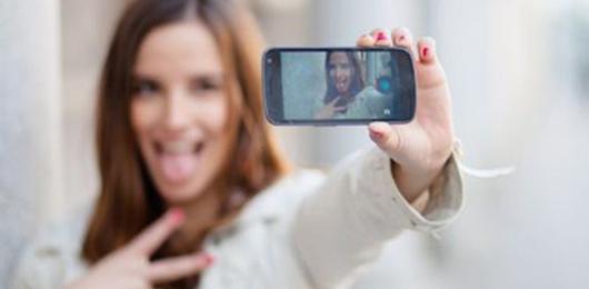 Piacere, mi autorappresento (con un selfie)