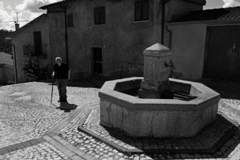 Fontana ottagonale in piazza Della Porta