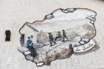 Decorazione muraria che rappresenta i cosiddetti marron, che accompagnano i viandanti attraverso il Moncenisio