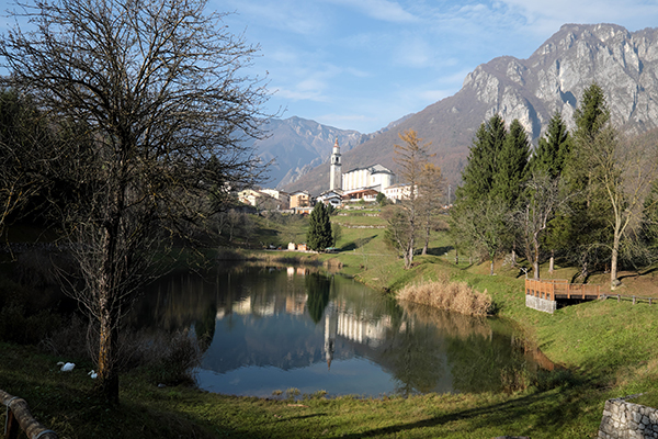 LAGHI <br/> Il paese
